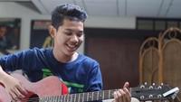 <p>Tegar sering mengunggah videonya sedang bermain gitar dan bernyanyi di media sosial Instagram. (Foto: Instagram @tegar_official)</p>