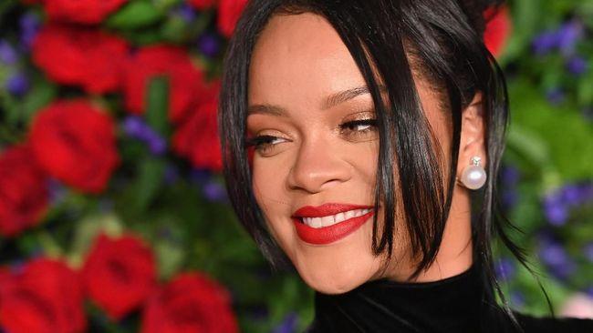 Dengan kerajaan bisnis kosmetik dan pakaian dalam, Rihanna kini telah memiliki kekayaan lebih dari US$600 juta atau setara Rp8,8 triliun.