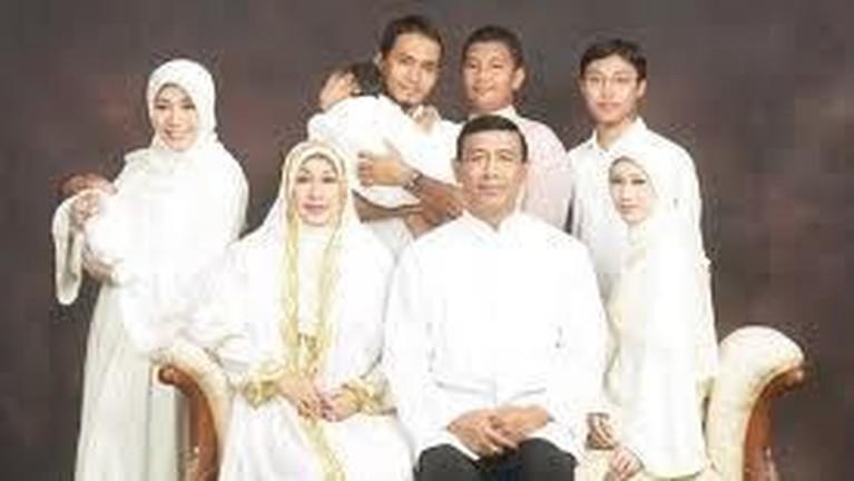 Keluarga Wiranto terdiri dari Istri, Rugaiya Usman dan ketiga anaknya, Zainal Nur Rizki, Maya Wiranto, dan Lia Wiranto.