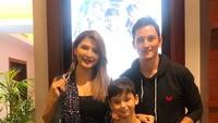 <p>Tamara dan Kenzo datang untuk memberi dukungan dan menonton film yang dibintangai Mike Lewis. (Foto: Instagram @tamarableszynskiofficial)</p>