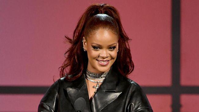 Virtual fashion show koleksi lingerie teranyar milik Rihanna diwarnai kontroversi akibat musik latar yang mengambil kutipan hadis Islam.