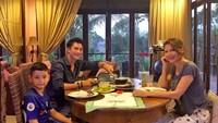 <p>Mike Lewis datang mengunjungi Tamara dan Kenzo. Mereka makan siang bersama. (Foto: Instagram @tamarableszynskiofficial)</p>