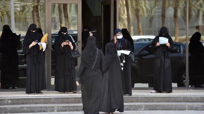 Arab Saudi menghentikan sementara seluruh layanan transportasi umum seperti pesawat, kereta, bus, dan taksi selama 14 hari untuk menekan penyebaran Covid-19.