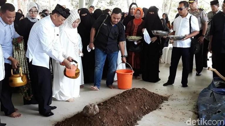 Wiranto dan Rugaiya Usman saat menguburkan anak mereka, Zainal.