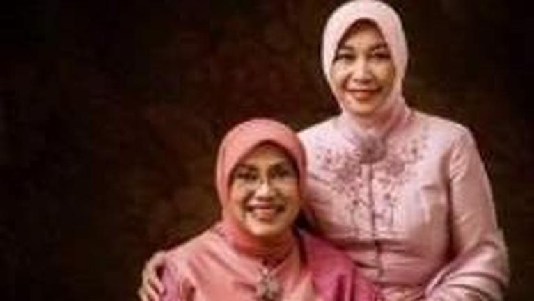 Istri Wiranto, Rugaiya Usman berfoto bersama istri Jusuf Kalla.