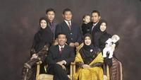 <p>Wiranto dan Uga dikaruniai lima orang cucu. Beberapa waktu lalu keluarganya menjadi sorotan, pasalnya anak-anaknya kini berpakaian sangat religius. (Foto: Facebook/ Uga Wiranto)</p>