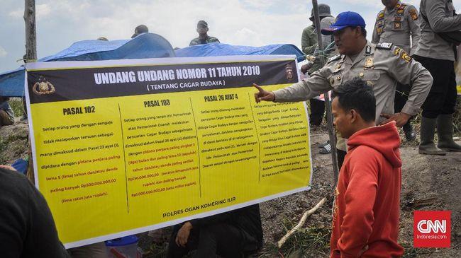 Polsek Cengal, Sumsel menerjunkan dua personel untuk menjaga lokasi perburuan harta karun Kerajaan Sriwijaya setiap harinya dan memasang spanduk aturan.