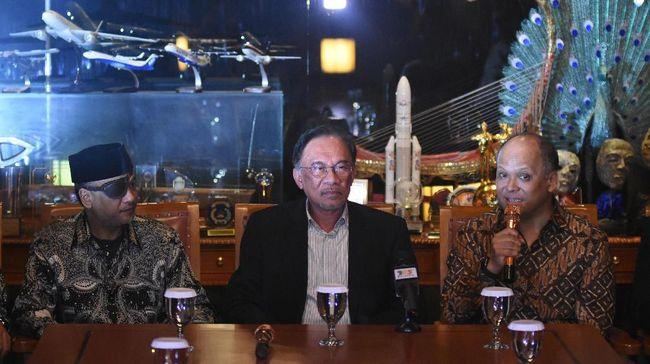 Sosok mendiang BJ Habibie begitu melekat di ingatan Anwar Ibrahim. Kesan tersebut diceritakan oleh mantan Wakil PM Malaysia itu usai hadiri tahlilan di Jakarta.