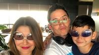<p>Demi Kenzo, Tamara dan Mike rela pakai kacamata terbalik nih, Bunda. Terlihat akrab dan enggak canggung meski sudah bercerai. (Foto: Instagram @tamarableszynskiofficial)</p>
