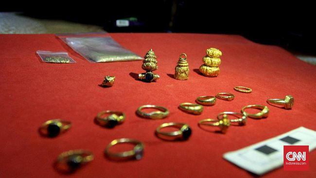 Selain pemburu harta karun, banyak pengepul muncul untuk menampung barang-barang perhiasan sisa peninggalan kerajaan Sriwijaya di wilayah Cengal, Kabupaten OKI.
