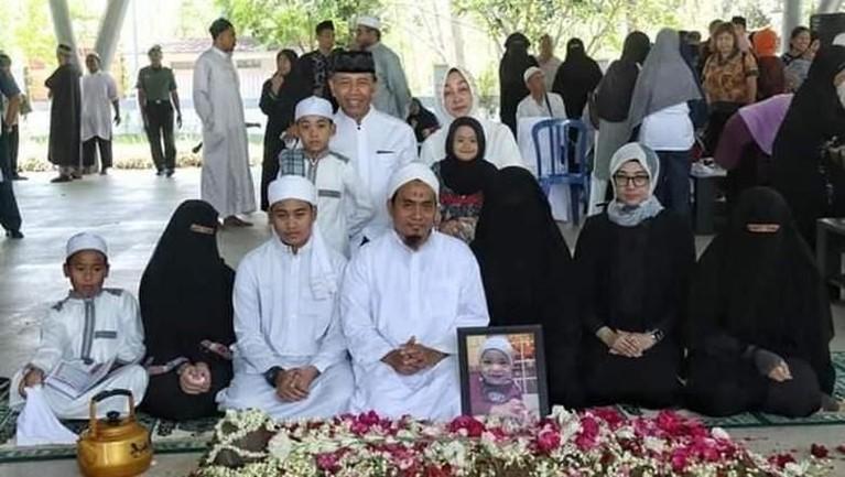 Potret keluarga besar Wiranto saat pemakaman cucunyayang bernamaAchmad Daniyal Alfatih.