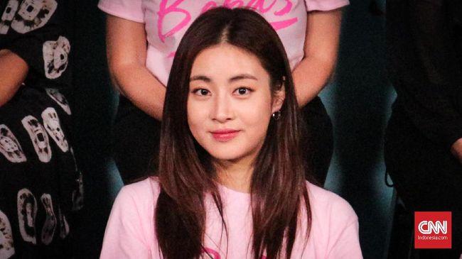 Aktris Kang Sora menyambut kelahiran putri pertamanya yang lahir hari ini, Kamis (15/4).