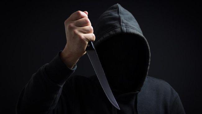 Polisi meringkus pelaku penusukan pria di Kalideres. Motif penusukan diduga karena tak terima membayar uang taruhan saat main futsal.