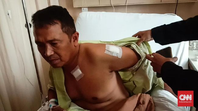 Kapolsek Menes tak menyadari badannya bersimbah darah usai menghalau penyerang Wiranto. Sambil gontai dia berjalan 500 meter menuju puskesmas untuk perawatan.