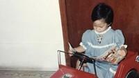 Lucunya Tara, sibuk dengan majalahnya seperti orang dewasa. (Foto: Instagram @tarabasro)