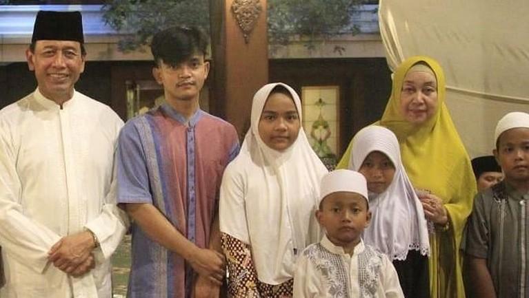 Kebersamaan Wiranto danRughaiyah Usman saat menghadiriacaraPaguyuban di Bambu Apus. Mereka mengundang anak yatim piatu untuk berbuka puasa.