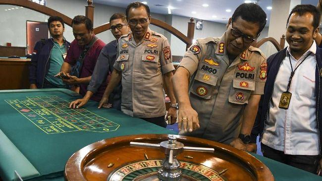 Polisi menggerebek sebuah tempat judi di Jalan Boulevard Barat Raya, Kelapa Gading, Jakarta Utara, yang merupakan pengembangan kasus kasino RBS 29.
