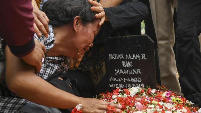 Keluarga sempat tak mengenali Akbar Alamsyah karena banyak luka di kepala. Peserta aksi 25 September di Gedung DPR ini meninggal diduga karena kerusakan saraf.