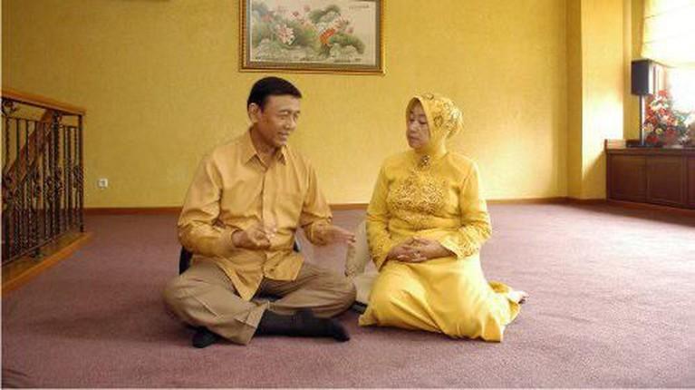 Momen ketika Wiranto yang menyempatkan waktunya untuk berbicang dengan sang istri di tengah kesibukannya.
