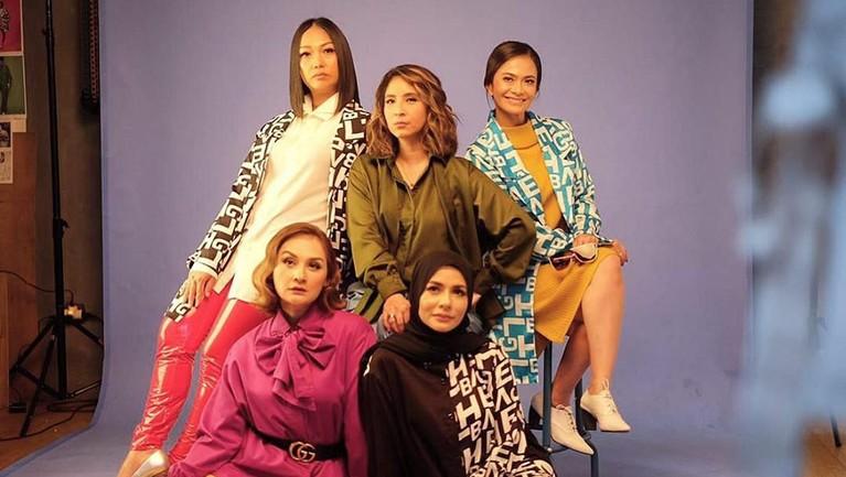 Mom Sweet Moms adalah nama geng dari Ersa Mayori, Meisya Siregar, Mona Ratuliu, Novita Angie, dan Nola B3. Saking kompaknya, geng yang satu ini bahkan memiliki akun Instagramnya sendiri.