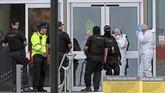 Seorang lelaki menikam sejumlah orang di Manchester, Inggris hingga melukai lima orang. Aksinya diduga adalah tindakan terorisme.