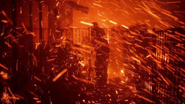 Badai api yang melanda California Selatan sejak Kamis (10/10) dilaporkan telah menewaskan tiga orang.