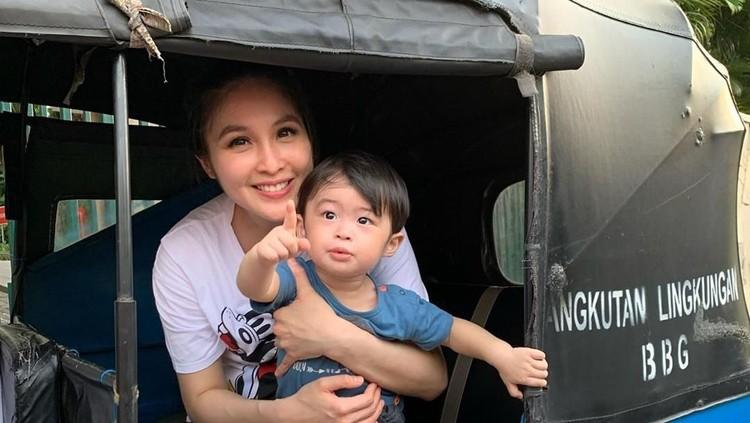 Punya Jet Pribadi, Anak Sandra Dewi Malah Senang Naik Bajaj