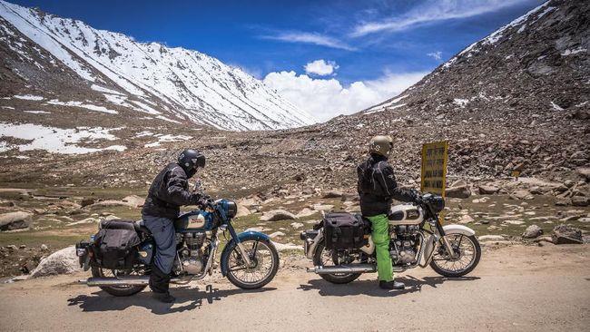 Darius dan Donna berbagi pengalamannya saat riding melalui jalan raya tertinggi di dunia di Pegunungan Himalaya.