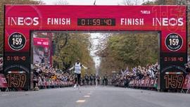 FOTO: Kipchoge Ciptakan Sejarah di Maraton