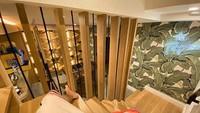<p>Justine memasang lampu bertuliskan The Tropics di dinding tangga dengan latar belakang dekorasi daun. Tempat ini bisa jadi spot foto yang keren lho. (Foto: Instagram @justinbieber)</p>