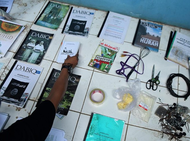 Penampakan Panduan Jihad-Buku ISIS di Rumah Teroris Bekasi