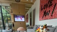 <p>Ruang keluarga ini terlihat nyaman dengan sofa leter L. Ruang keluarga ini enggak perlu lampu di siang hari karena sudah banyak cahaya yang masuk lewat jendela besar di samping ruangan. Jadi bisa hemat listrik deh, Bun. (Foto: Instagram @justinbieber)</p>