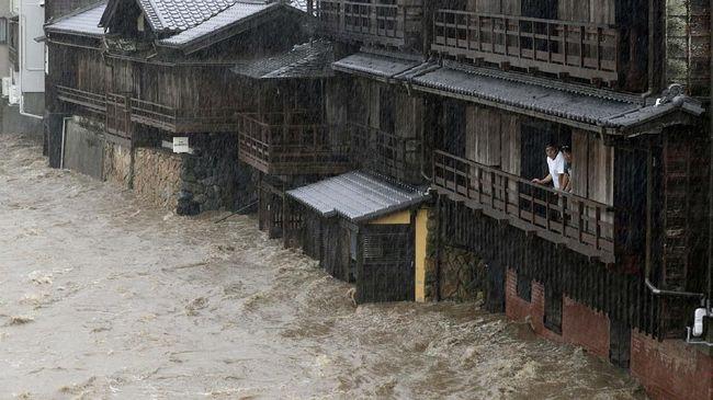 Perdana Menteri Jepang, Shinzo Abe, mengaku akan mengambil tindakan tegas pihak yang menolak gelandangan masuk tempat penampungan korban topan Hagibis.