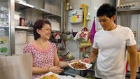 <p>Jangan salah, pedagang kaki lima di Singapura punya kios sendiri dan lokasinya tertata. Seperti kios kwetiaw dan carrot cake milik Walter ini. (Foto: Instagram/ @walkthewalter)</p>