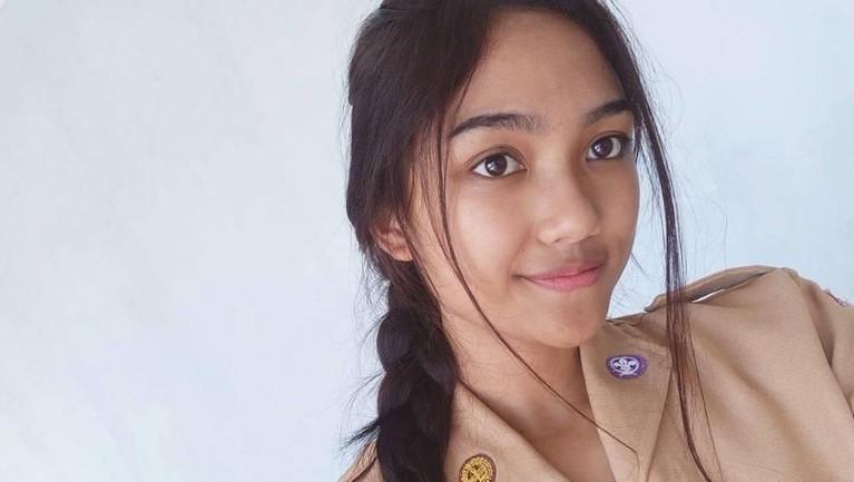 Wajah yang masih ayu dan tampak segar, adalah potret Marion Jola saat duduk di bangku sekolah SMA.