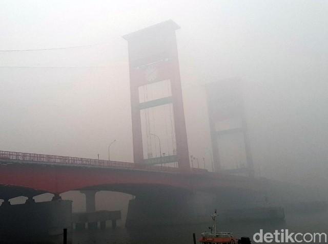 Jembatan Ampera Hilang Tertutup Kabut Asap