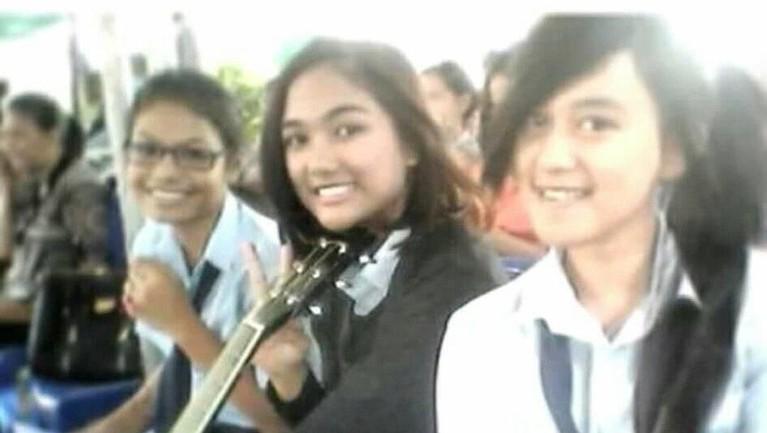 Kemudian, ini adalah salah satu foto Marion Jola saat ia masih duduk di bangku sekolah SMP.