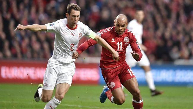 Dua bintang Swiss, Granit Xhaka dan Stephan Lichtsteiner melakukan cara tendangan bebas aneh pada pertandingan lawan Denmark pada kualifikasi Piala Eropa 2020.