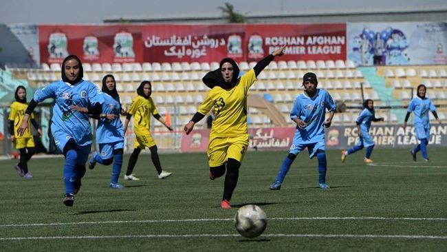 Vide berdurasi 21 detik yang memperlihatkan pesepakbola wanita yang membetulkan hijab malah mendapat perlindungan dari lima pemain lawan.