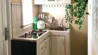 <p>Untuk dapur yang lebih sempit, Bunda bisa mengakalinya dengan membuat lemari yang cukup tinggi. Penambahan tanaman artifisial di sini juga membuat dapur terlihat lebih menarik, Bun. (Foto: Instagram @dapur.favorite)</p>