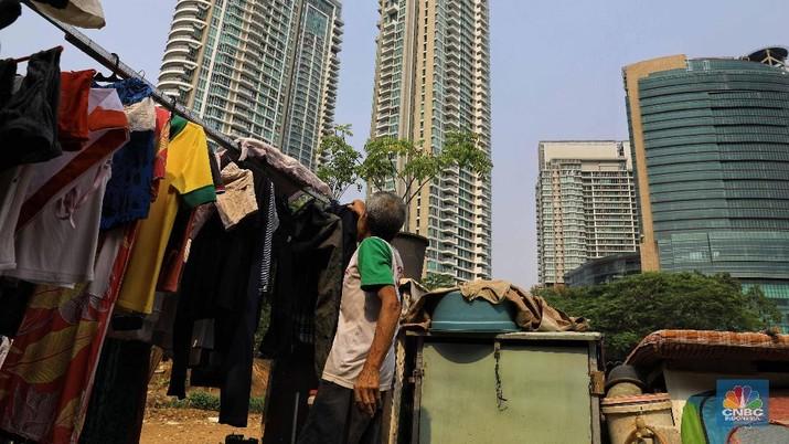 DKI Jakarta disebut sebagai salah satu potret nyata yang menggambarkan jurang antara 'si kaya' dan 'si miskin'. Ketimpangan di Ibu Kota dianggap paling lebar. Wakil Presiden Jusuf Kalla Kesenjangan ini bisa kita ukur secara teoritis dalam gini rasio. Tapi juga tentu kita lihat sendiri dalam pandangan mata, Jakarta ini sebenarnya suatu kesenjangan yang paling besar, JK memandang, potret kesenjangan di Ibu Kota terlihat jelas dari kehadiran perumahan elit di beberapa bagian kota. Namun, tidak sulit juga untuk menemukan perumahan kumuh di DKI Jakarta. Sebagai informasi, DKI Jakarta memang termasuk satu dari sembilan daerah dengan tingkat kesenjangan sosial tertinggi di Indonesia. Posisi Jakarta berada di urutan 8 dengan angka 0,390 poin. Adapun tingkat kesenjangan sosial tertinggi berada di DI Yogyakarta 0,422 poin, Gorontalo 0,417 poin, Jawa Barat 0,405 poin, Papua 0,398 poin, dan Sulawesi Tenggara 0,392 poin, menurut data Badan Pusat Statistik (BPS). CNBC Indonesia/ Andrean Kristianto