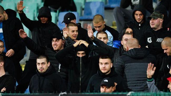 Legenda sepak bola Bulgaria Hristo Stoichkov menangis menanggapi aksi rasialisme suporter saat menjamu Inggris pada Kualifikasi Piala Eropa 2020, Senin (14/10).