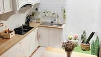 <p>Dominasi warna putih di dapur ini membuat ruangan terlihat lebih luas. Warna cokelat kayu pada meja, kursi, dan meja dapur nampak serasi dengan dinding dan lemari putih. Tambahan dekorasi taman buatan di sudut ruangan juga membuatnya terlihat segar nih, Bun. (Foto: Instagram @ladydeeledsy)</p>