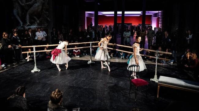 Di Prancis, tarian balet disajikan dengan cara tak konvensional dengan semangat bebas dan tak terikat.