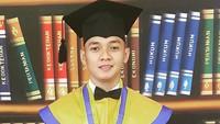 <p>Pakai toga, Dory Harsamakin ganteng ya, Bun? (Foto: Instagram/ @doryharsa)</p>