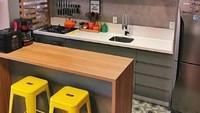 <p>Meja panjang dari kayu ini bisa multi fungsi, Bun. Selain digunakan untuk meja makan, Bunda juga bisa memotong sayuran atau membuat adonan kue di atas meja tersebut. Jadi lebih hemat tempat. (Foto: Instagram @inspirasi_dapur_mak)</p>