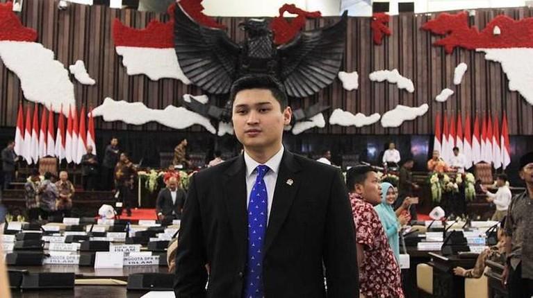 Rizki Natakusumah. Anak anggota DPR ini memiliki harta kekayaan senilai Rp9,6 miliar. Total itu didapat dari transportasi, kas, dan harta lainnya.
