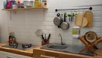 <p>Hampir sama seperti dapur tadi, dapur ini juga berwarna putih dan cokelat. Penggunaan rak gantung seperti ini juga bisa mengakali agar ruangan yang sempit tetap terlihat rapi. (Foto: Instagram @gracewurarah)</p>