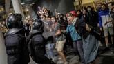 Kelompok demonstran pendukung kemerdekaan Catalonia bentrok dengan polisi Spanyol usai sidang vonis terhadap 12 tokoh separatis pada Senin (14/10) kemarin.