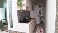 <p>Dapur berkonsep open kitchen memang selalu menarik. Menyatukan dapur dengan area luar mungkin bisa menjadi solusi supaya ruangan tidak terasa pengap. (Foto: Instagram @dekorasidapur)</p>